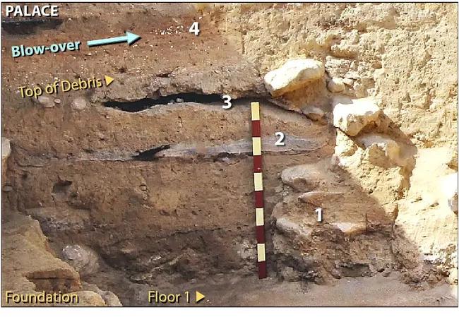 """A pusztulási réteg egy példája. A mérőpálca 10 cm-es szakaszokra van osztva. A """"blow over"""" már olyan réteg, amelyet a szél hordott a romokra. Kép forrása"""